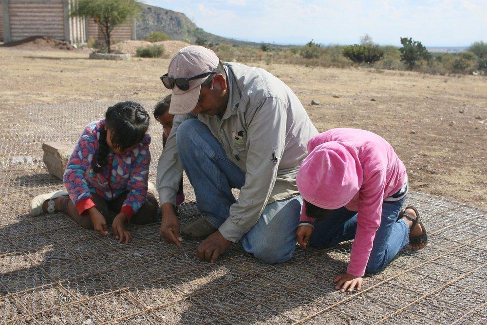 Una familia construye una cisterna juntos