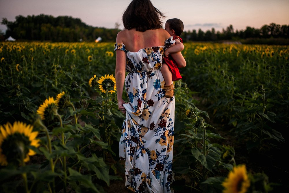 lauren-grayson-photography-cleveland-ohio-photographer-sunflower-fields-sunset-golden-hour-photo-shoot-mommy-and-me-family-child-photographer_0585.jpg