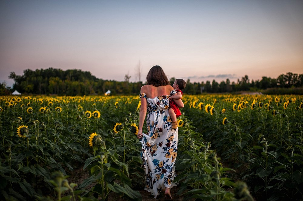 lauren-grayson-photography-cleveland-ohio-photographer-sunflower-fields-sunset-golden-hour-photo-shoot-mommy-and-me-family-child-photographer_0586.jpg