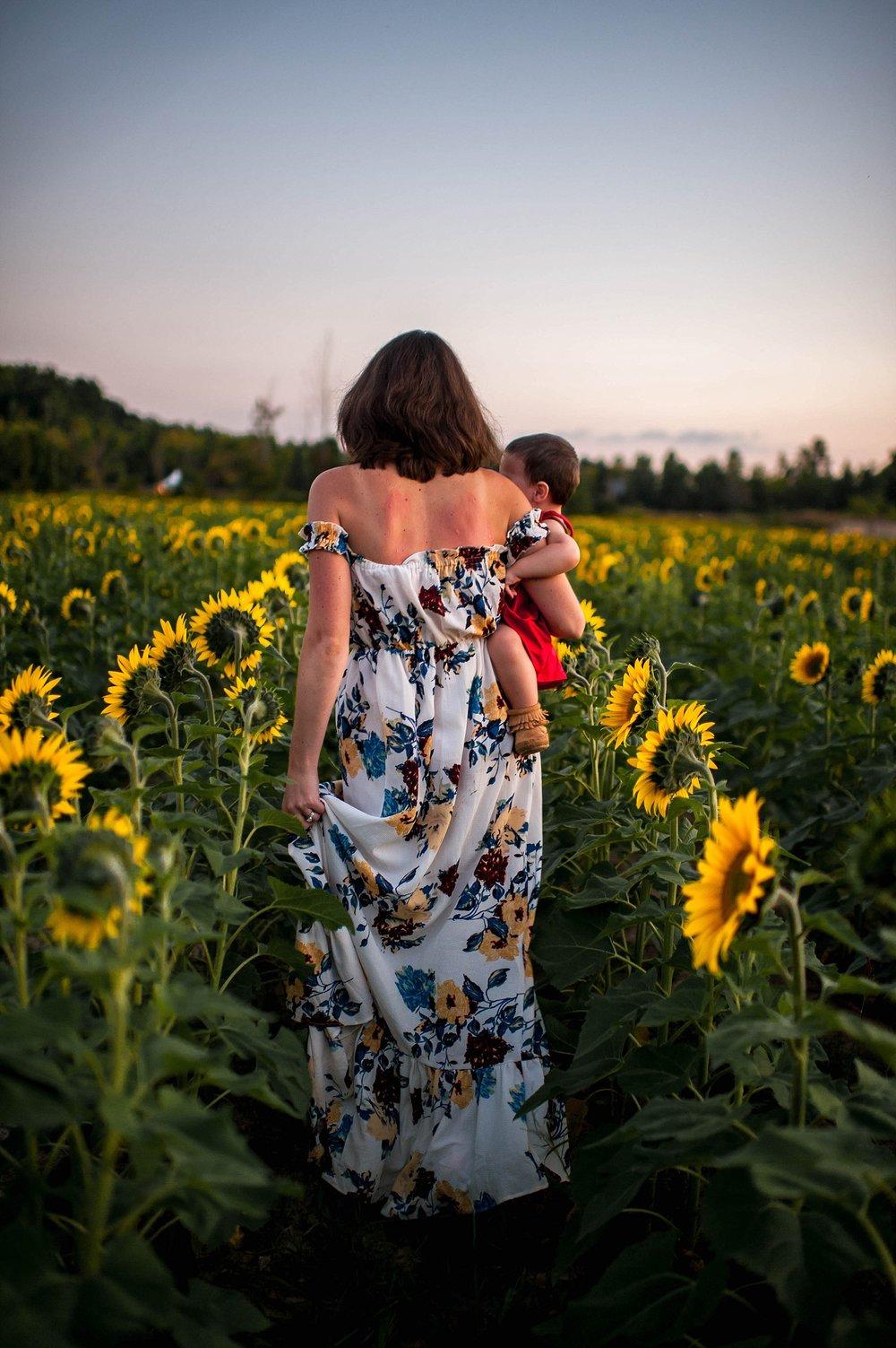 lauren-grayson-photography-cleveland-ohio-photographer-sunflower-fields-sunset-golden-hour-photo-shoot-mommy-and-me-family-child-photographer_0588.jpg