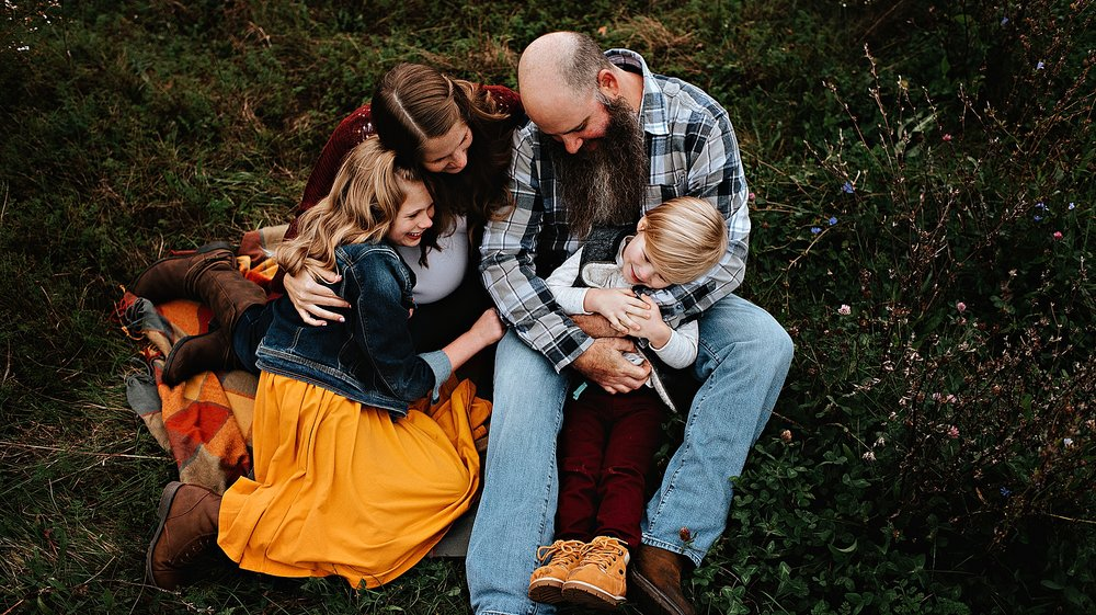 lauren-grayson-photography-akron-ohio-maternity-session-fall-family-photos-outdoors-dawson_0031.jpg