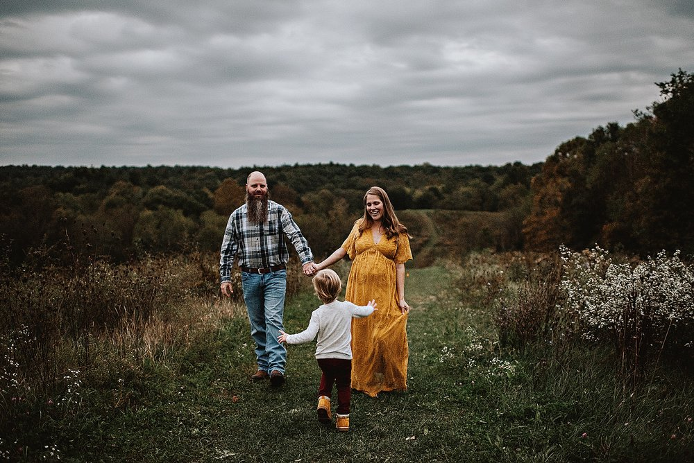 lauren-grayson-photography-akron-ohio-maternity-session-fall-family-photos-outdoors-dawson_0057.jpg