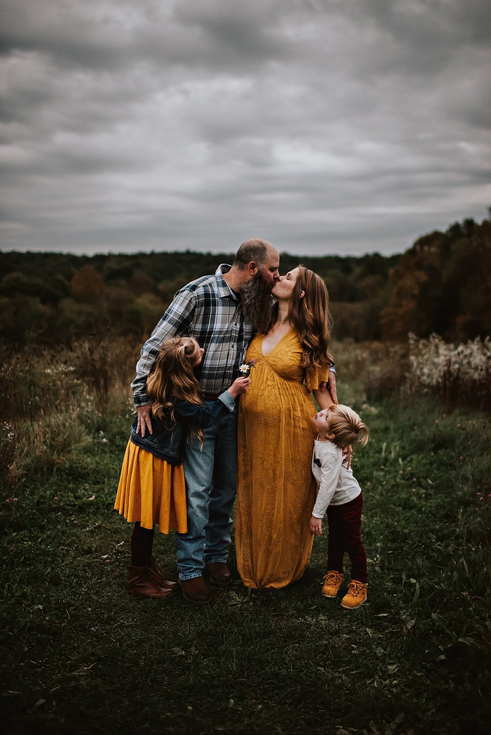 lauren-grayson-photography-akron-ohio-maternity-session-fall-family-photos-outdoors-dawson_0058.jpg