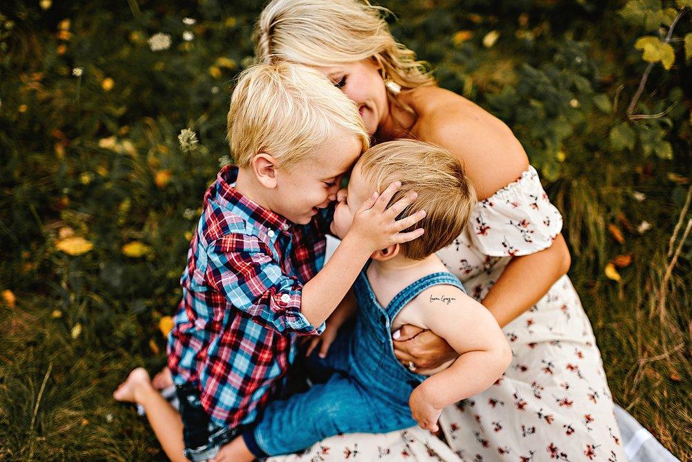 lauren-grayson-photography-akron-ohio-family-mom-boys-field-spring-outdoor-session_0042.jpg