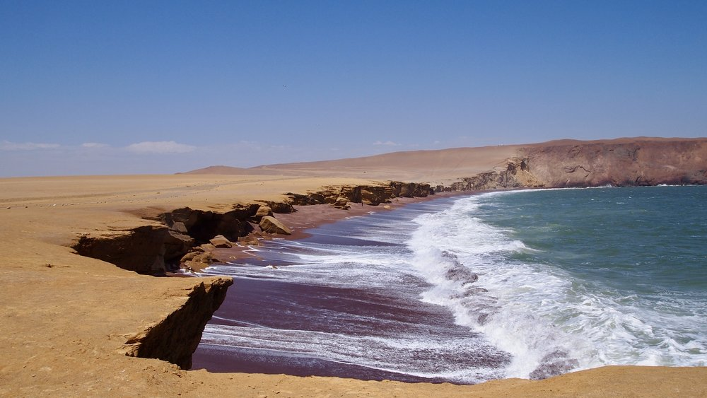 La Playa Roja, where the Pacific Ocean meets the Peruvian desert.( La Playa Roja, Paracas, Peru )