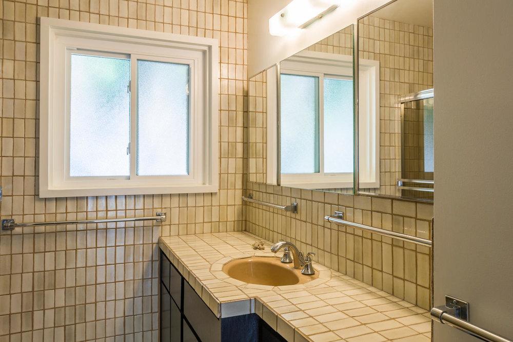 1896 N College Cir Long Beach-large-020-20-Bathroom-1500x1000-72dpi.jpg