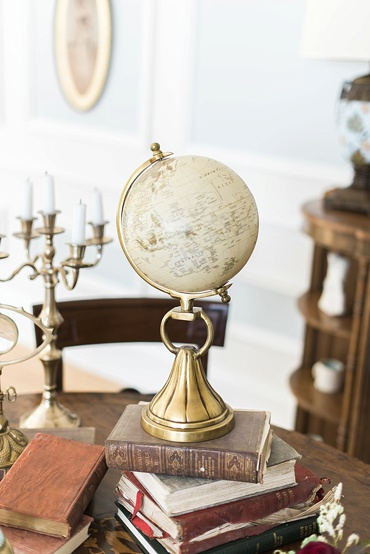 Clonwilliam_House_Wicklow_Ireland_Irish_wedding_venue_Niall_Scully_Johnny_Corcoran_photography_Louise_Dockery_Paper_and_Moon_antique_globe.jpg