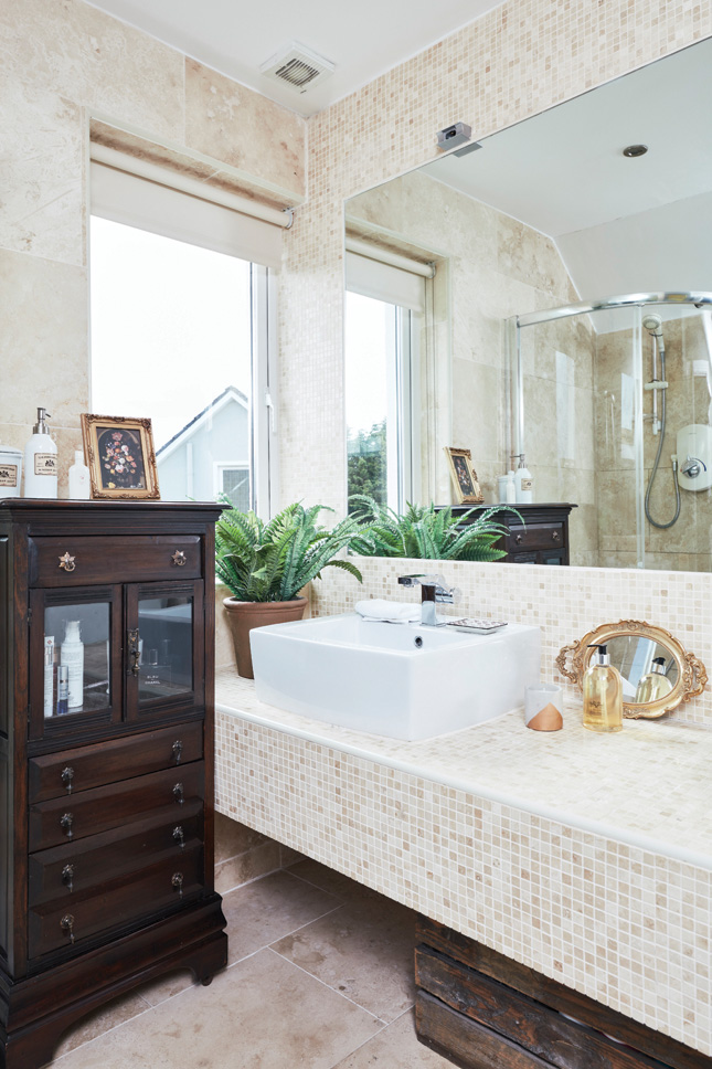 Paper_and_Moon_Louise_Dockery_Irish_home_vinatge_modern_bathroom.jpg