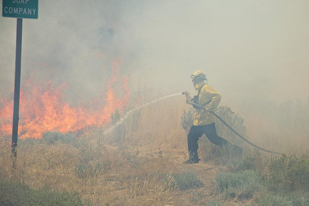 han-20160823-news-brushfire-craterlakeparkway-knh001.jpg