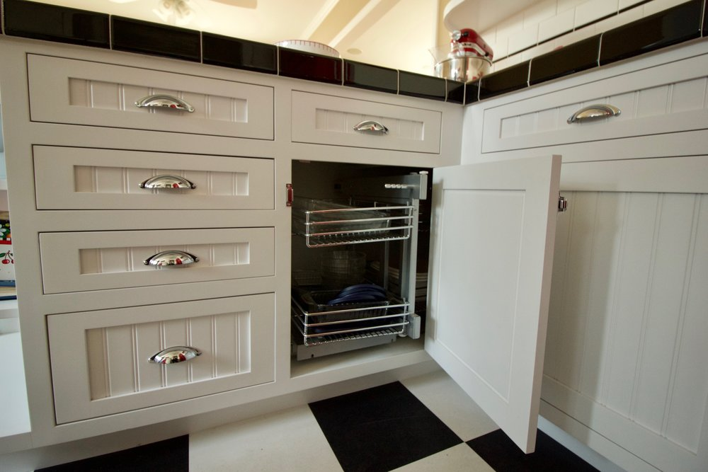 Maximized corner space with pull-out storage