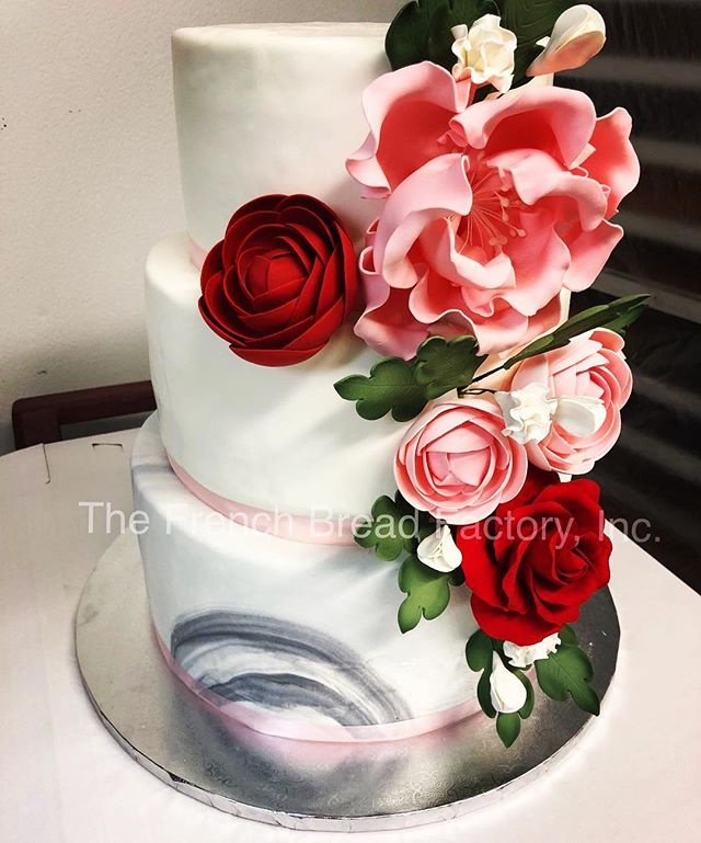Obsessing with this cake 😍 #weddingcakes #dmv #romantic #love #instacake #instafood #picoftheday #cakestagram #foodart #cakeart #sterling #dccakes #dcfoodie #dmvweddings #weddinginspiration