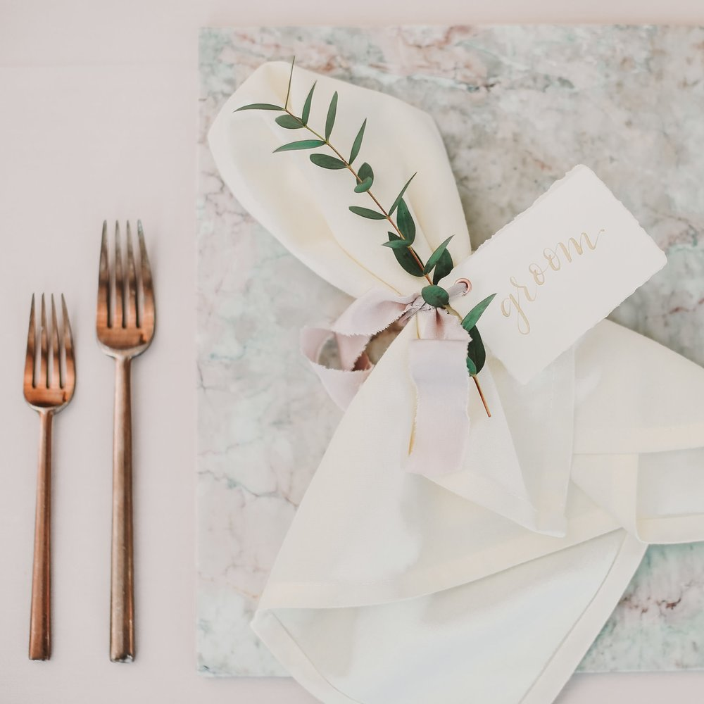 simple minimal floral place setting | Laceroots Floral