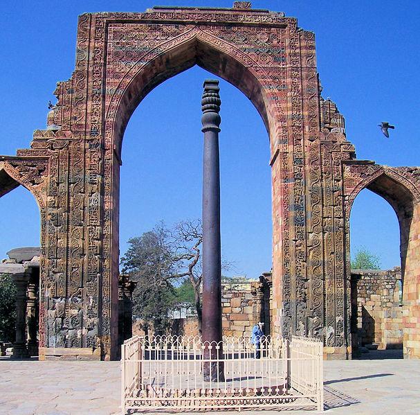 Iron Pillar of Delhi. Image by Sujit Kumar via Wikimedia Commons