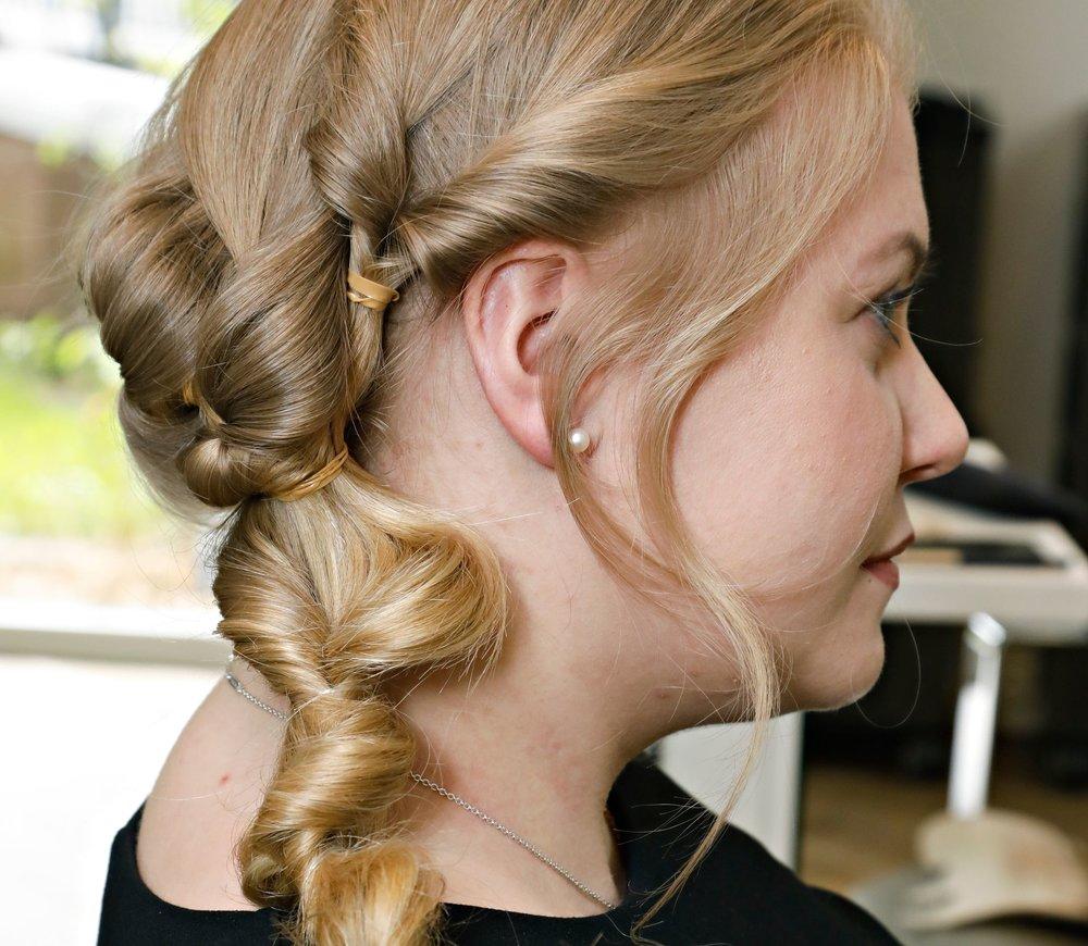 Fest de to flettene sammen med en ny strikk og gjør det samme med lengden av håret. Dra alltid lassoen gjennom hver hårstrikk, og dra litt i håret etterpå for å få mer volum.