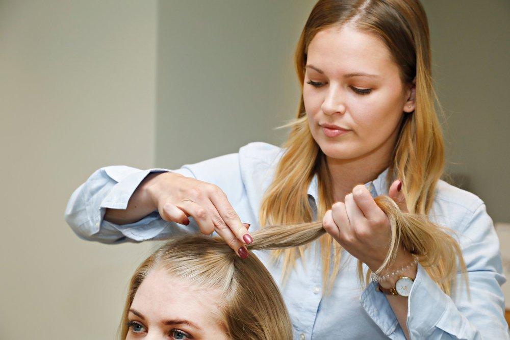 Fest gummistrikken på midten av trekanten (lengst ned mot bakhodet), la strikken være et par centimeter fra hårfestet.