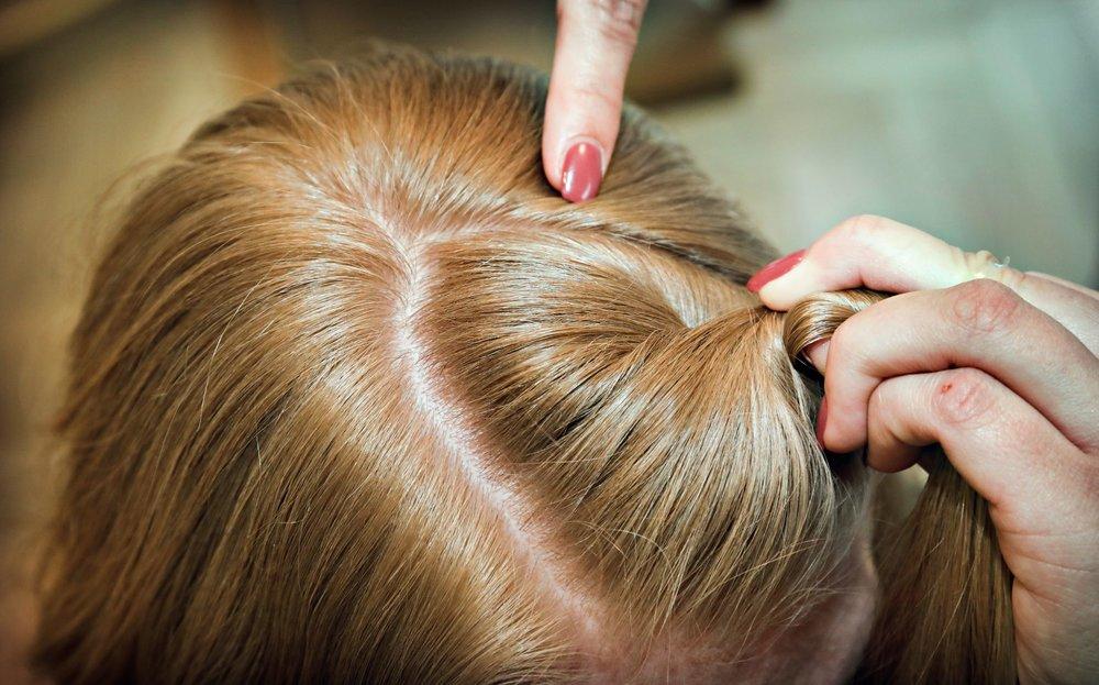 Del håret i skillen oppå hodet i en trekant. La det ligge litt småhår ved ørene for å få en løsere look.