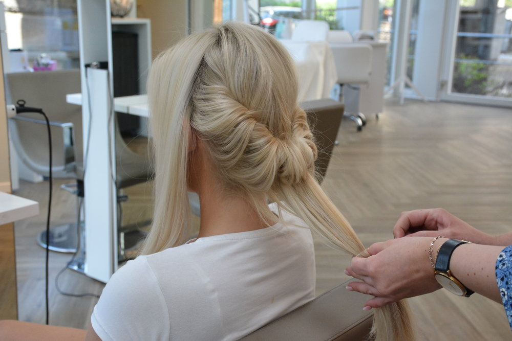 Håret som står igjen på midten skal tvinnes rundt og rundt, helt til håret blir så kort at du kan feste det med små bobby-pins for å skjule  tuppene.  For å gjøre det enklere kan du dra håret gjennom med en hårlasso.