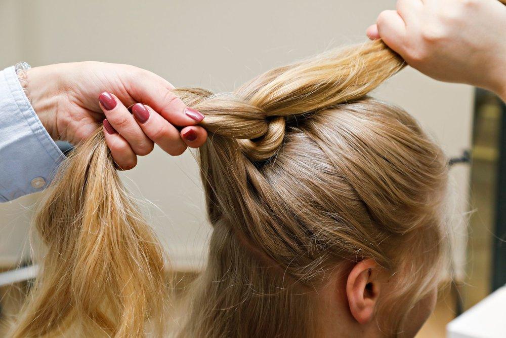 Ta opp mer hår fra sidene og fest de to delene med strikk slik at det blir en ny hestehale under hestehale nummer to.