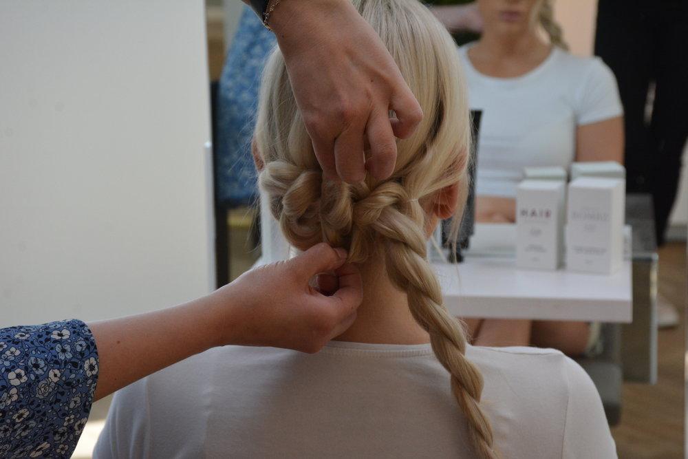 Dra i fletten for å få den tykkere og mer voluminøs hele veien til enden. Da vil håret se tykkere ut.
