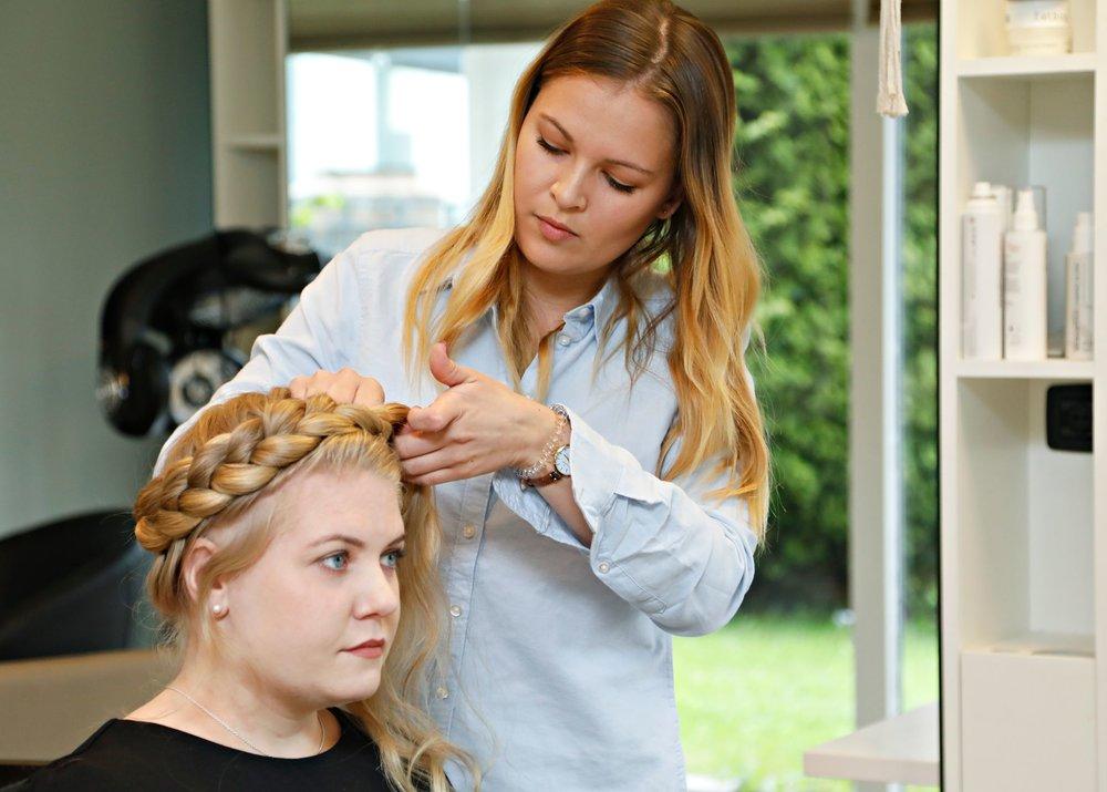 TRINN 7: Avslutt med hårspray for å få frisyren til å holde best mulig utover dagen.