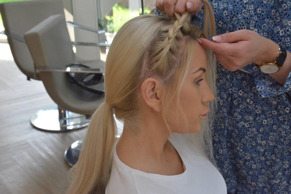 Del opp håret fra bak øret på begge sider, og sett en strikk på håret bak.  Start å lag en pariserflette fra øret og oppover. Legg igjen litt hår frem mot ansiktet for en løsere look.