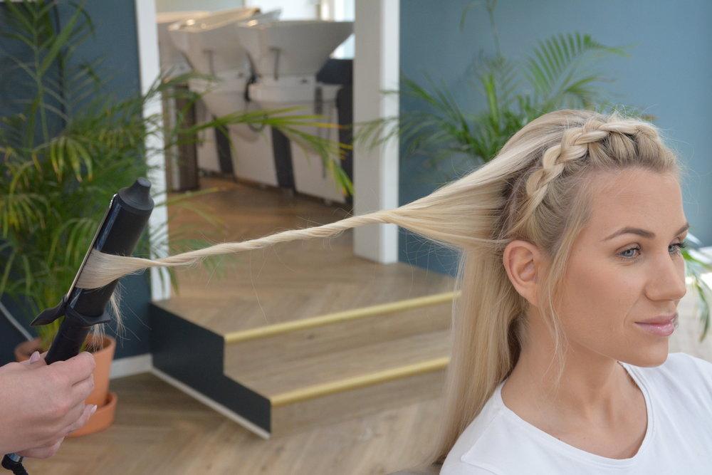 Lag litt krøller eller bølger i resten av håret.   Her bruker jeg en tvinneteknikk med en krølltang.