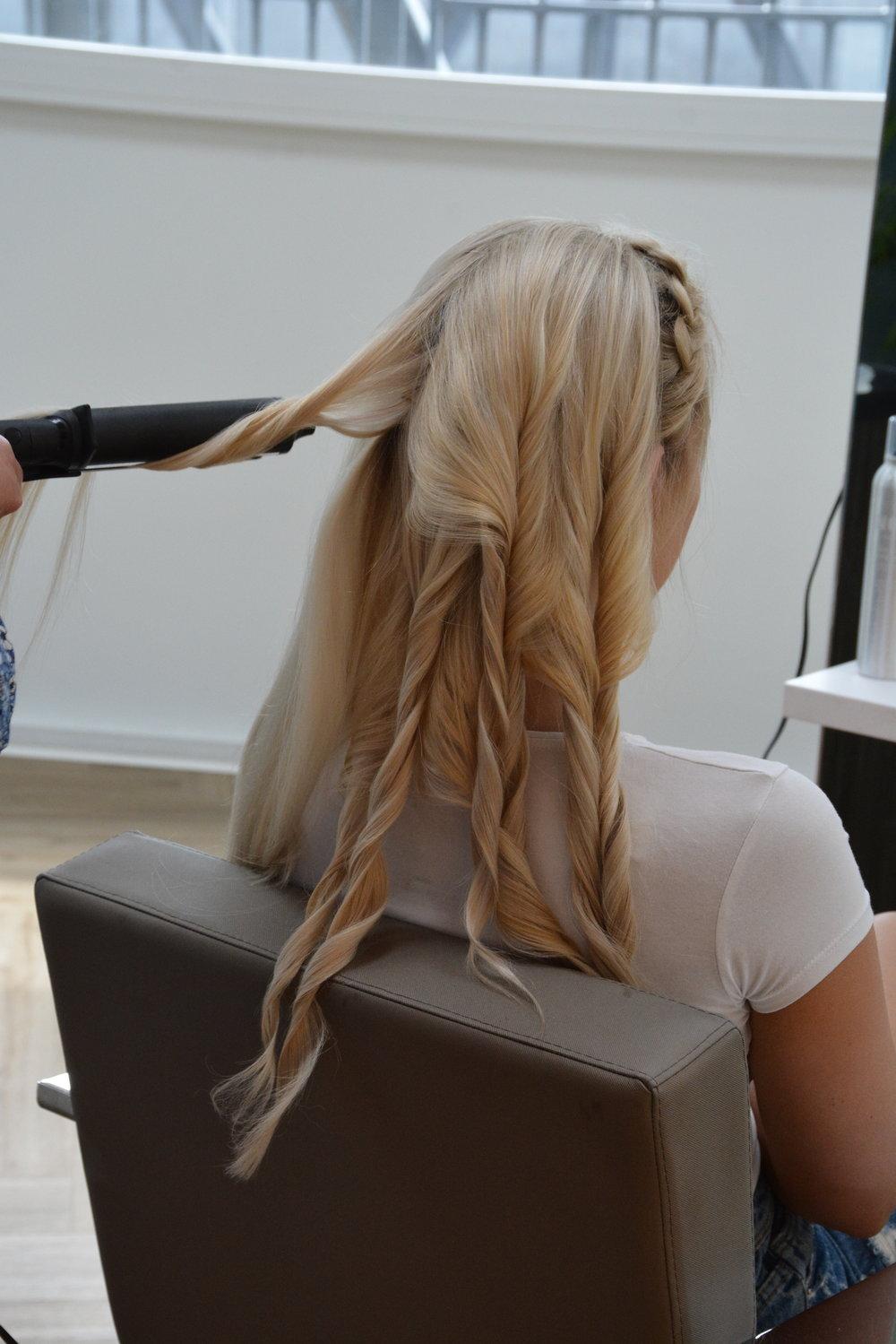 Start med å holde krølltangen oppover. Krøll innerst av hårdelen, dra litt ut, tvist (slipp ut håret som ikke ligger i klypen, snurr krølltangen rundt og dra tangen litt ut fra håret. Gjenta hele veien ut til spiss.