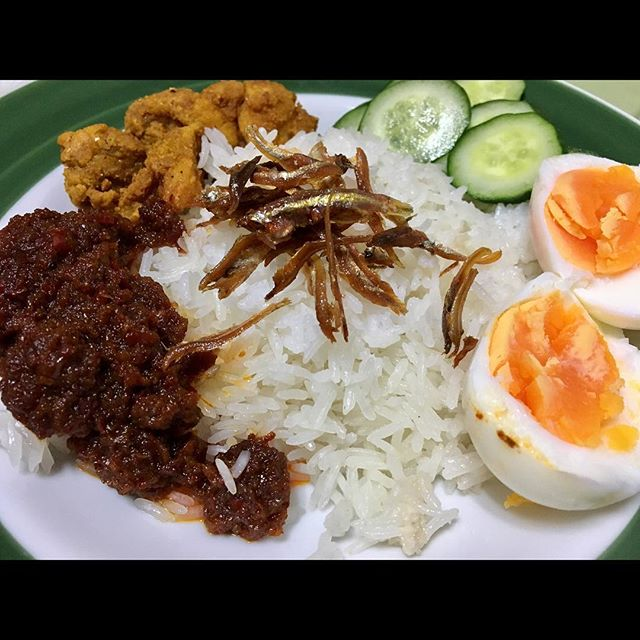 Nasi lemak by big boss Ruiz. 🤓 @nasilemakcollection  #rpmakanan #gotongroyongday #newseason2017