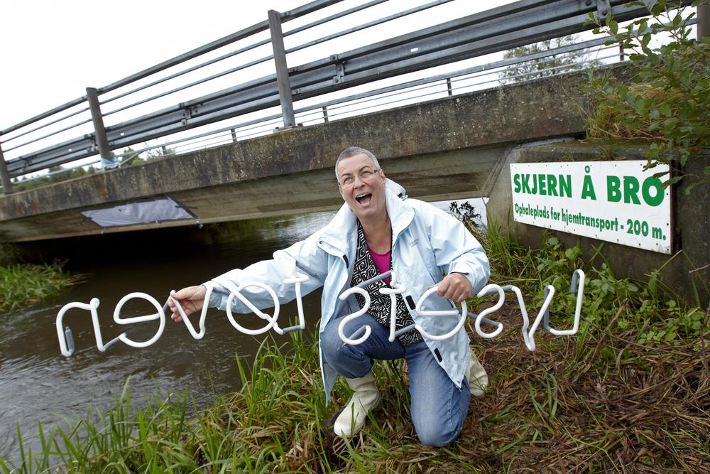 Pressefoto - Billedekunstner Astrid Gjesing i færd med at opsætte sit eget værk LYSETS TØVEN, som blev afløseren til Af Vand er du kommet, der viste sig alt for kontroversielt til lokalbefolkningen i Arnborg