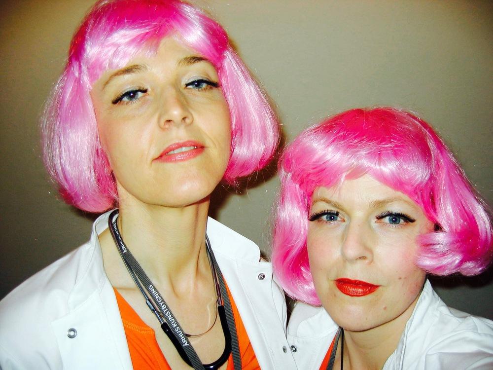 DR Art Love and her Nurse alias Trine Rytter Andersen og Anne Dyhr. Sammen tog vi publikums anstrengte forhold til samtidskunsten under kærlig behandling i vores dertilindrettede klinik i Aarhus Kunstbygning 2008.