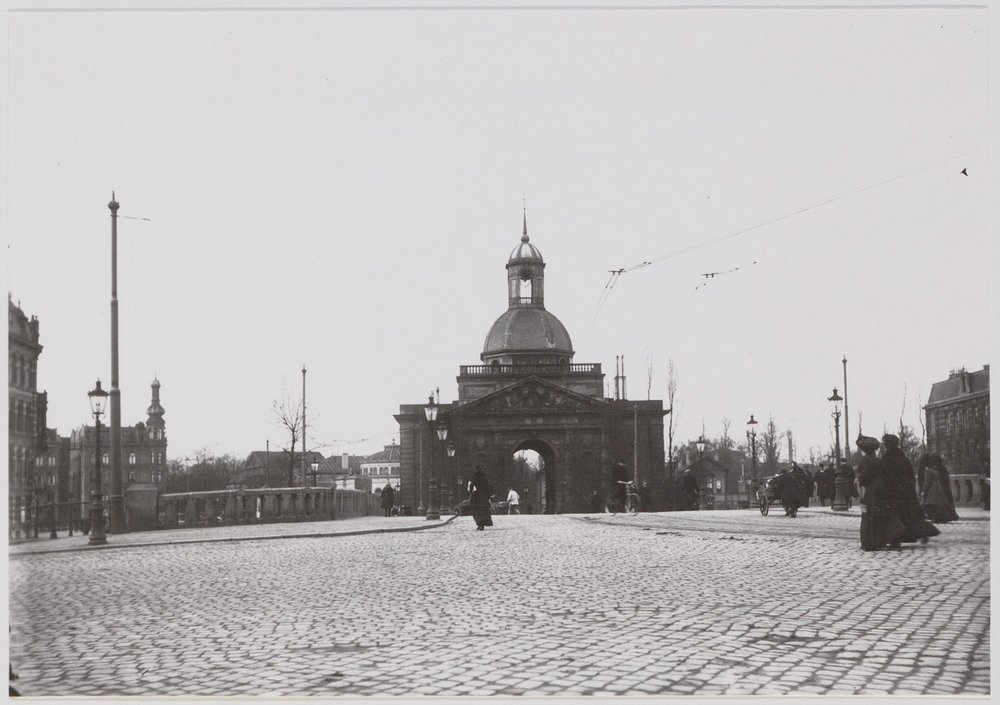The gateway  Muiderpoort  on the east side of the city that is still there today. (Photo by an unknown artist, ca. 1905)                                                                                          (Stadsarchief Amsterdam)