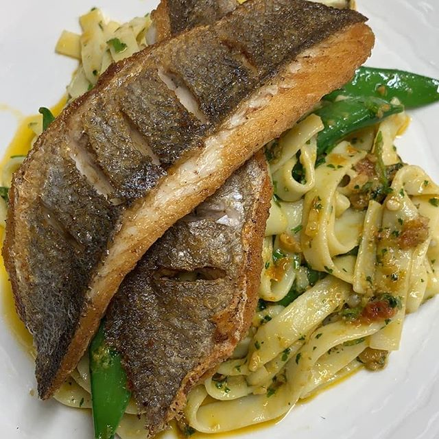 Seabass with sundried tomato and almond pesto, sugar snap peas 😋  #fishdish #phfish #locallysouced #supportlocal #yum #tasteofkent  #delish #lunch #dinner