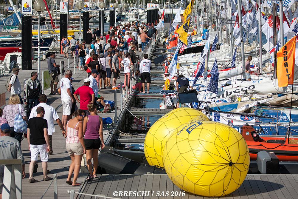 """Les 22 Mini 6.50 amarrés au ponton """"Vendée Globe"""" avant le départ imminent"""