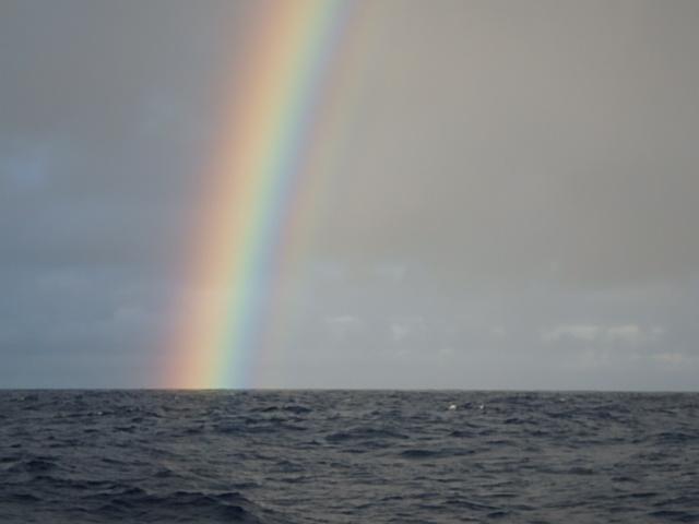 Je suis resté un moment à contempler cet arc-en-ciel. Ce phénomène naturel, surprend toujours quand il est aperçu.