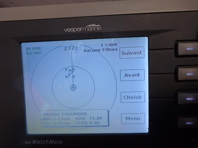 Mon écran radar anti-collision (AIS) qui signale le Maersk Columbus à un vitesse de 11nds et une distance de 2,13mn. Point d'approche le plus près est de 0,98mn dans 6m48s.