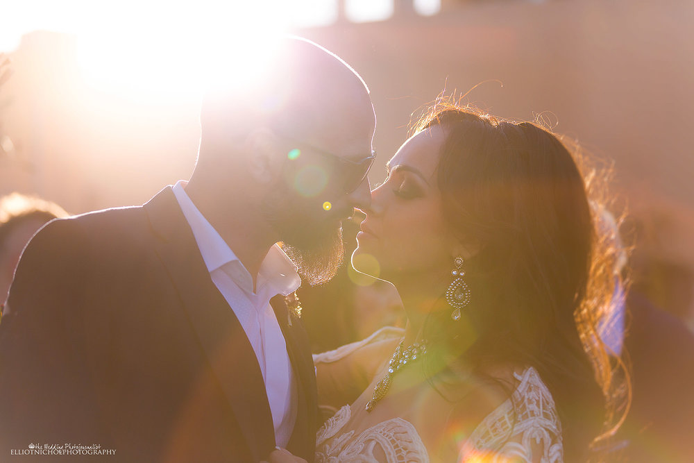 sun-flare-wedding-kiss-newlyweds-photography-photographer