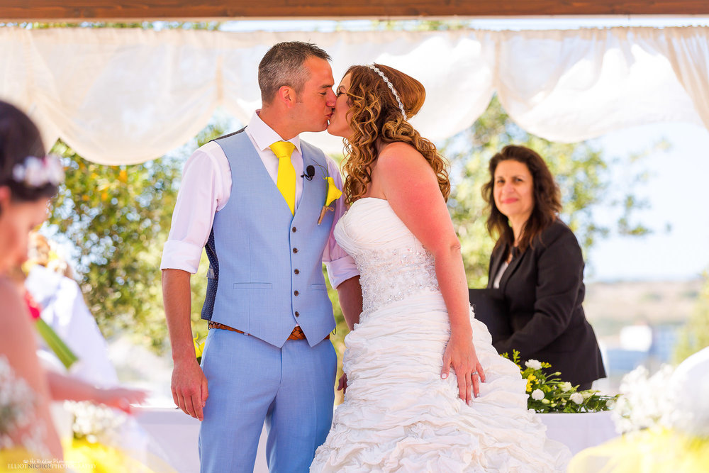 kiss-kissing-wedding-ceremony-newlyweds-photography