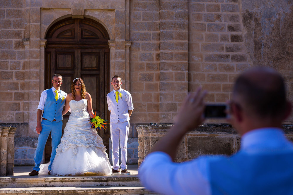 photo-wedding-guests-bride-groom-portrait