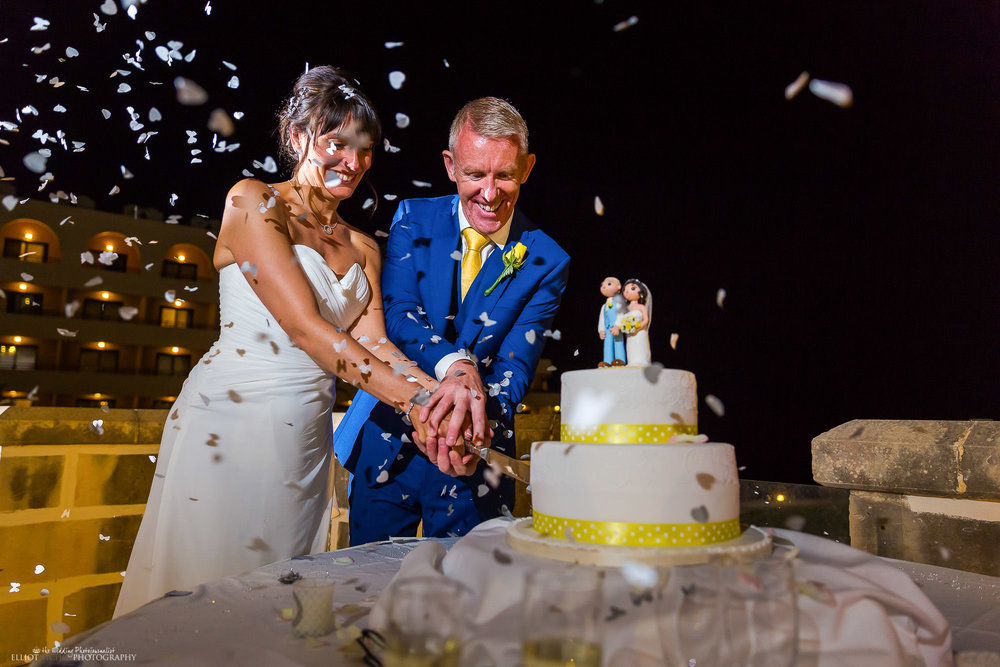 bride-groom-wedding-cake-cut-cutting-confetti-photographer
