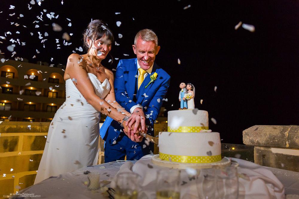 bride-groom-wedding-cake-cut-cutting-confetti-photographer