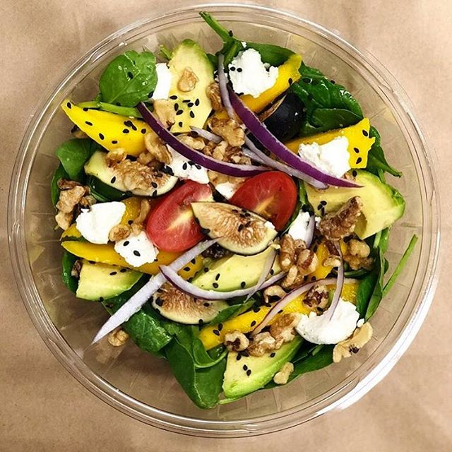 It finally feels like spring, what a re-leaf! 🍃 Check out this salad with spinach, fresh figs, mango, avocado, tomato, red onion, goat cheese, sesame seeds, and walnuts. . Thanks @filisitee_foods for the 📸!