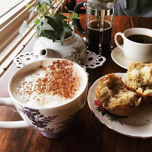 ☕️ A yummy cinnamon chai-tea latte, muffin and locally sourced French press coffee to start your day right! 📸 Thank you Heidi for the awesome photo! @hadegenaro