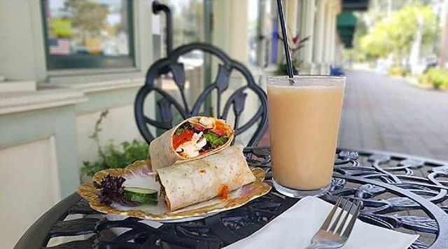 Coconut ice tea and our signature Mama's Love wrap: with fresh mozzarella, red pepper & eggplant tapenade, leafy greens, roasted red peppers, and a balsamic drizzle on a garlic herb wrap 🥗🌯 ——————————— 📸 Thank you @_aspoonfulofsass and @milasillyva for the great photo!