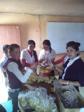 Alumnos de Noveno Grado de la comunidad de La Cumbre, San Marcos, preparando venta de mango con el objetivo de recaudar fondos para la realización del proyecto de cría de pollos.