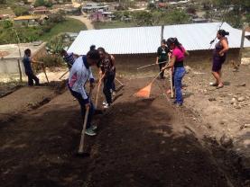 Alumnos de Primero de Bachillerato en Desarrollo Sostenible de la comunidad de Fraternidad,preparando el terreno para realizar semillero.