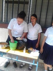 Alumnos de la comunidad de San Jerónimo,Dolores Merendon,vendiendo enchiladas para recaudar fondos para el grado.