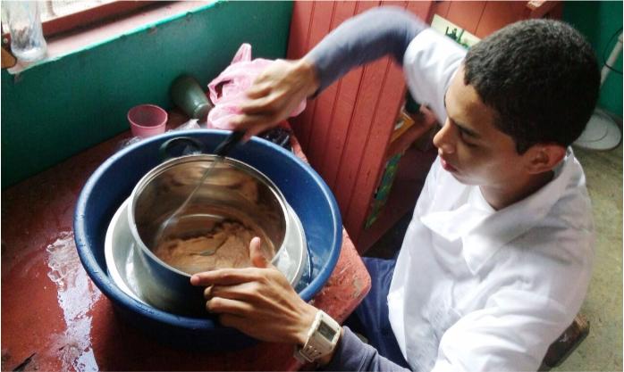 Elaboración de helado artesanal por estudiante de duodécimo grado, Comunidad Los Patos.
