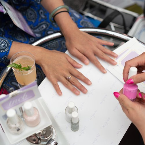Holiday gift guide - Pampering at home with a mobile nail salon