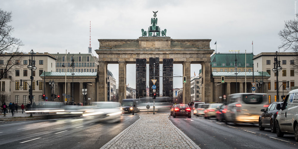Monument - Brandenburger Tor, Berlin - Manaf Halbouni, November 2017 - Foto: Markus Gröteke / architecureshooting