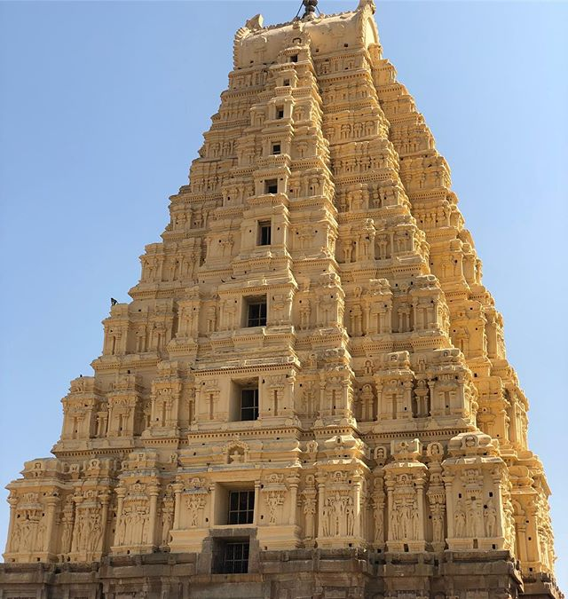 Ok. Finally some proper Hindu buildings. Hampi ruins from 1300-1500... and epic in scale.